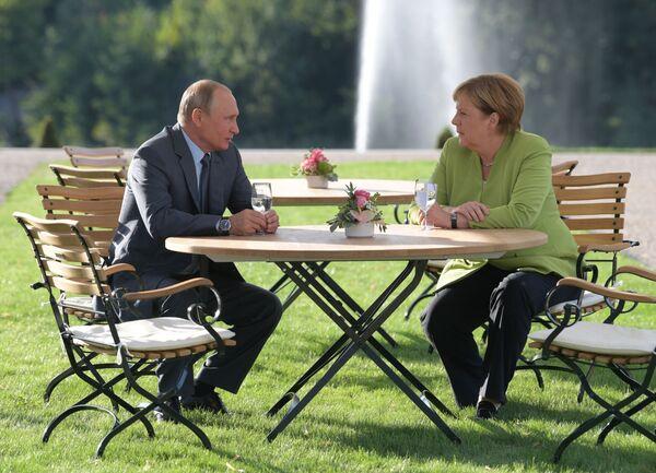 Il presidente russo Vladimir Putin e la cancelliera tedesca Angela Merkel durante il suo incontro il 18 agosto 2018. - Sputnik Italia