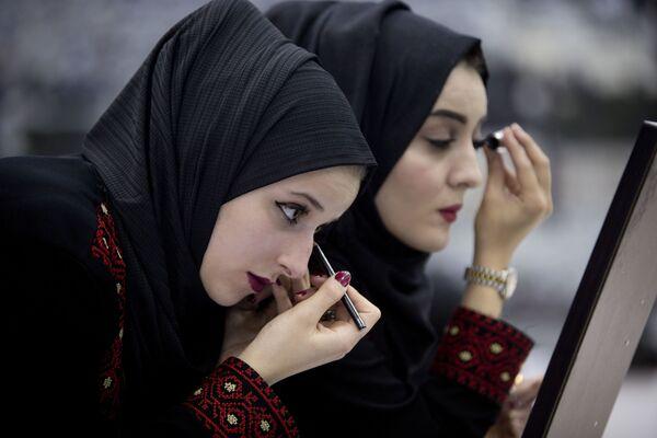 Spose si preparano alle nozze di massa a Ramallah, Palestina. - Sputnik Italia
