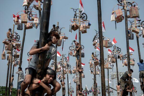 I partecipanti al concorso Panjat Pinang a Jakarta per i Giochi asiatici 2018 - Sputnik Italia