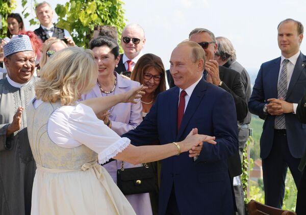 Il presidente russo Vladimir Putin balla con il ministro degli Esteri austriaco di Karin Kneissl alla sua nozze. - Sputnik Italia