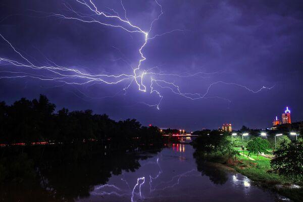Un fulmine sopra la città messicana di Culiacan. - Sputnik Italia