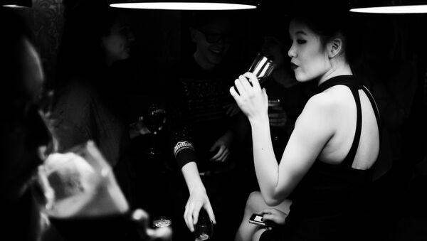 Woman drinking - Sputnik Italia