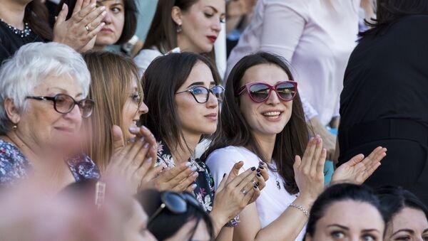 Tskhinval: spettatori assistono allo spettacolo in occasione del decimo anniversario del riconoscimento dell'indipendenza della repubblica - Sputnik Italia