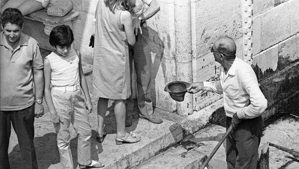 Un povero chiede l'elemosina a Venezia (foto d'archivio) - Sputnik Italia