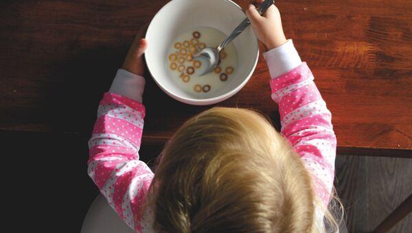 Bambina fa colazione - Sputnik Italia