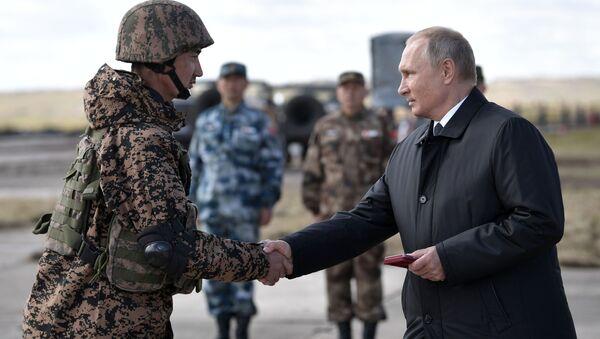 Vladimir Putin al il poligono di Tsugol nel territorio Zabaikalsky, dove si sta tenendo la fase principale delle esercitazioni Vostok-2018 - Sputnik Italia