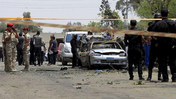 La polizia e le forze armate vicino alla macchina esplosa del procuratore generale Hisham Barakat, Cairo - Sputnik Italia