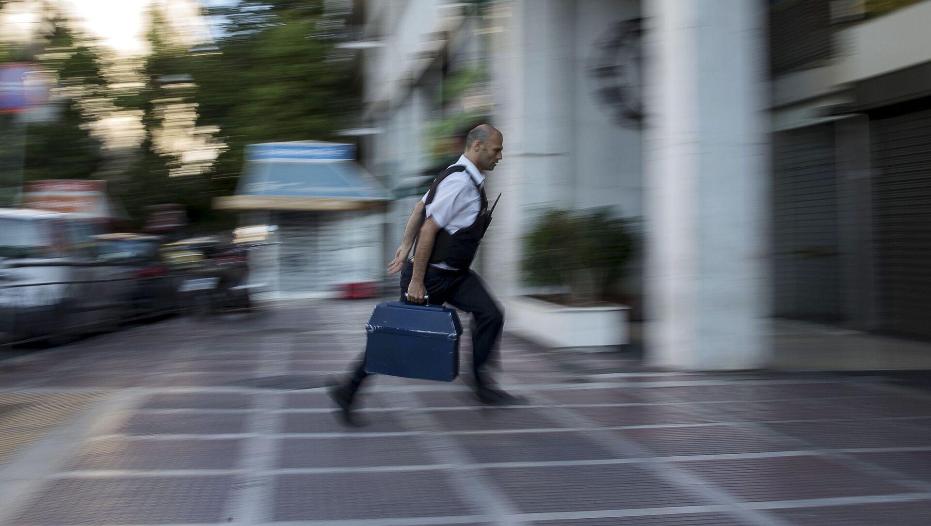 Сотрудник банка бежит в офис в Афинах  - Sputnik Italia, 1920, 09.02.2021