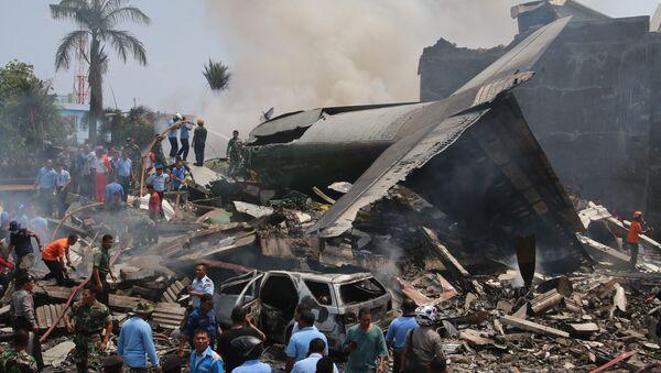 Un aereo da trasporto militare è precipitato su un quartiere residenziale, provocando la morte di almeno 38 persone, Indonesia. - Sputnik Italia