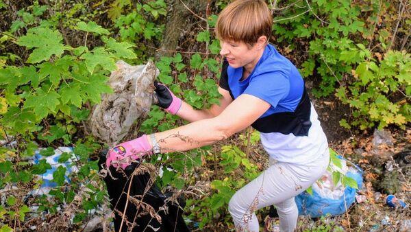 Il presidente estone Kersti Kaljulaid ha preso parte alla pulizia di un parco della città ucraina di Dnipro - Sputnik Italia