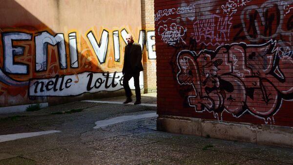 Un uomo a spasso in una via a Venezia - Sputnik Italia