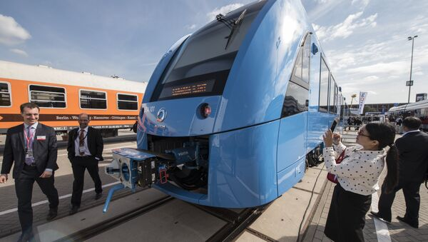 Visitors check out the Coradia iLint train, a CO2-emission-free regional train developed by French transport giant Alstom, after it was unveiled at Innotrans, the railway industry's largest trade fair, in Berlin on September 20, 2016. - Sputnik Italia