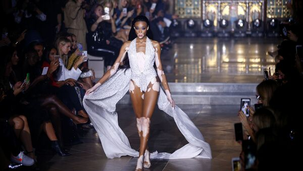 Una modella presenta la collezione di Julien Macdonald alla Fashion Week di Londra - Sputnik Italia