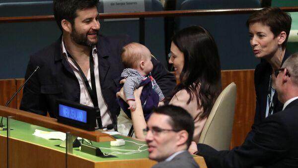 Il Premier della Nuova Zelanda con sua Figlia all'Assemblea Generale dell'ONU - Sputnik Italia