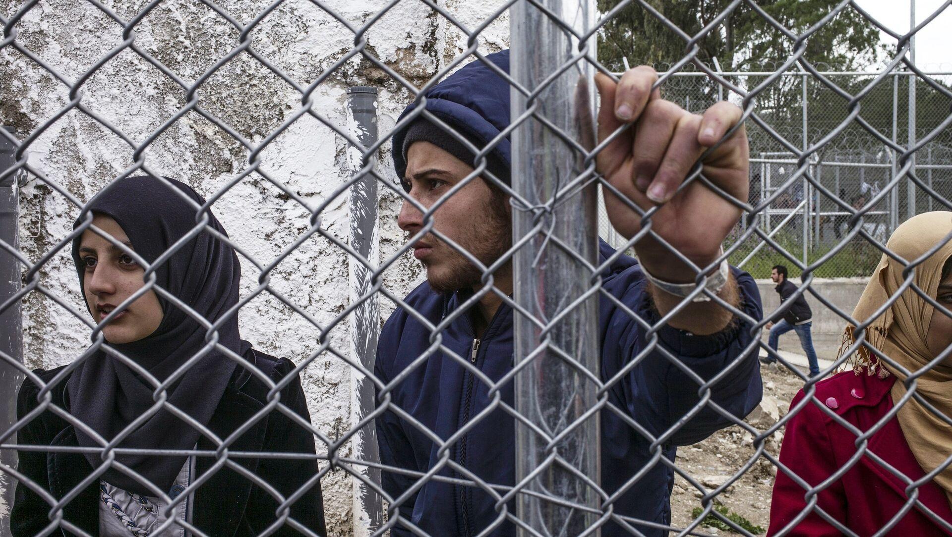 Rifugiati siriani stanno nel campo di Moria durante la manifestazione contro l'accordo tra l'UE e la Turchia sulla Lesbo - Sputnik Italia, 1920, 14.04.2021