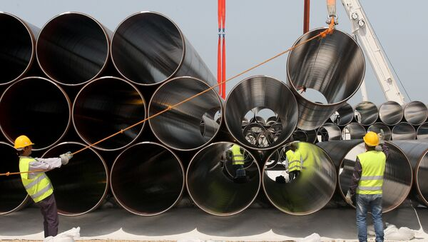 Workers unload newly arrived pipes for the construction of the future Trans-Adriatic Pipeline (File) - Sputnik Italia