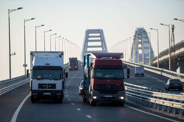 Iniziato il traffico dei camion sul ponte di Crimea. - Sputnik Italia