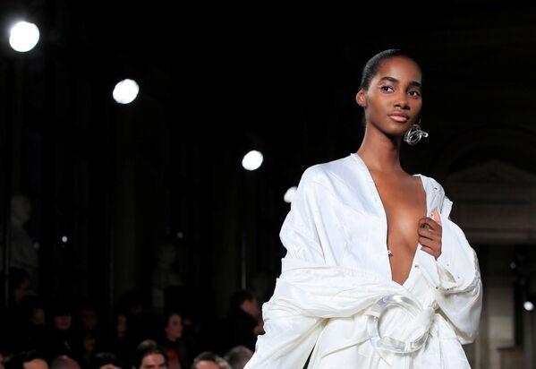 La presentazione della collezione del designer Esteban Cortazar, Paris Fashion Week. - Sputnik Italia