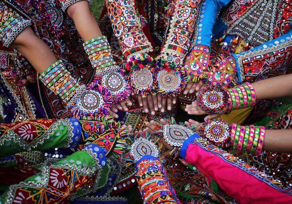 Le preparazioni alla Garba, la danza tradizionale indu, a Ahmedabad, India. - Sputnik Italia