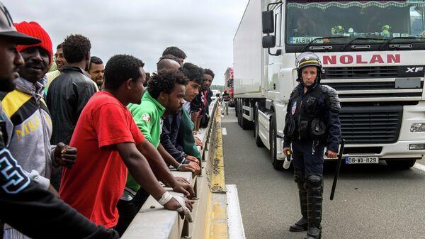 Migranti al confine con la Francia - Sputnik Italia