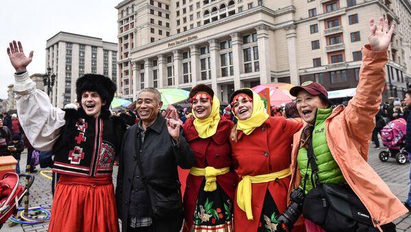 Turisti cinesi con i partecipanti al festival Giorno dell'unità del popolo a Mosca - Sputnik Italia