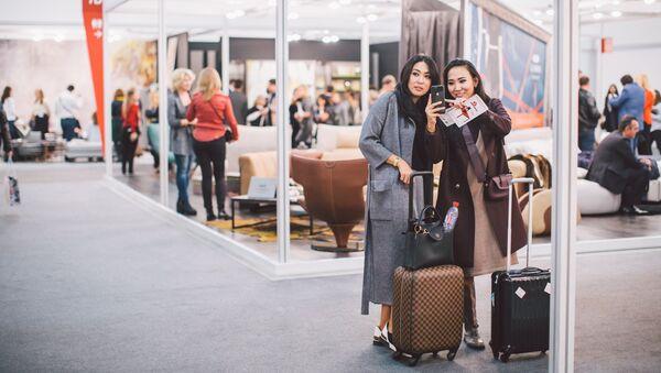 Due visitatrici al Salone del Mobile Milano.Mosca, edizione 2017 - Sputnik Italia