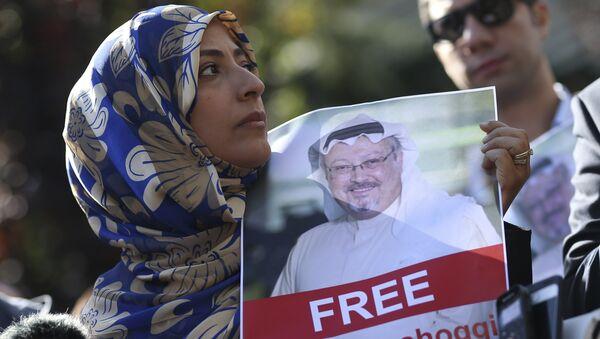 Tawakkol Karman, il Nobel per la Pace del 2011, tiene la foto dello scrittore saudita Jamal Khashoggi - Sputnik Italia