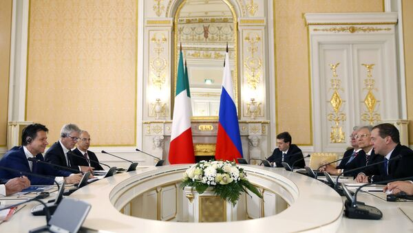 L'incontro tra il primo ministro russo Dmitry Medvedev e il premier italiano Giuseppe Conte - Sputnik Italia