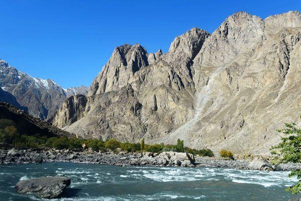 Il confine tra Afghanistan e Tagikistan: un affluente del fiume Panj - Sputnik Italia