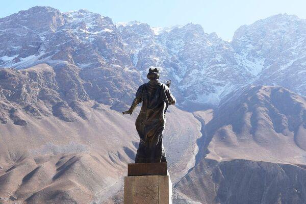 Il monumento ad emiro persiano Isma'il ibn Ahmad a Choruǧ, Tagikistan - Sputnik Italia