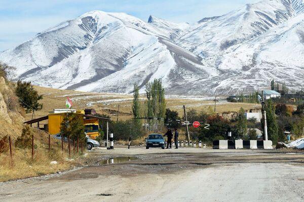 Il posto di controllo nella zona di Shamsiddin Shohin, Tagikistan - Sputnik Italia