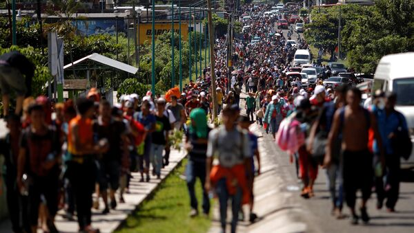 Central American migrants walk along the highway near the border with Guatemala, as they continue their journey trying to reach the U.S., in Tapachula, Mexico October 21, 2018 - Sputnik Italia
