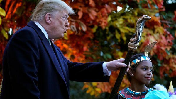 Il presidente statunitense Donald Trump sta con un bambino vestito da faraone per l'Halloween. - Sputnik Italia