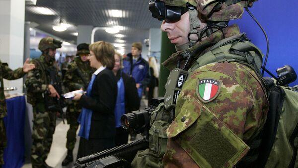 Soldato italiano armato con dispositivi all'avanguardia - Sputnik Italia