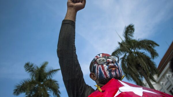 A Papuan rises his fist as he displays Morning Star separatist flags during a protest commemorating the 50th year since Indonesia took over West Papua from Dutch colonial rule in 1963, in Yogyakarta, Indonesia, May 1, 2013. - Sputnik Italia