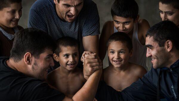 Giochi e scommesse tra ragazzi in un villaggio del DAGHESTAN - Sputnik Italia