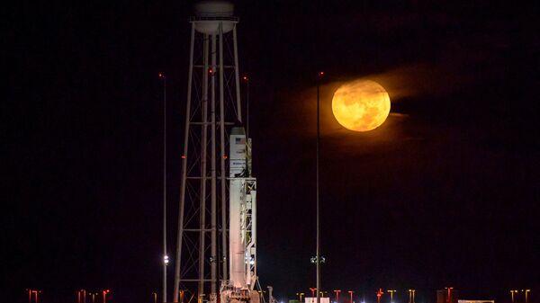 Ракета-носитель Антарес с космическим кораблем Cygnus на борту на полигоне в Вирджинии - Sputnik Italia