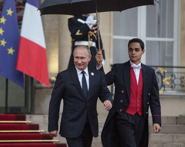 Il presidente russo Vladimir Putin lascia il Palazzo Eliseo dopo la collazione di lavoro. - Sputnik Italia