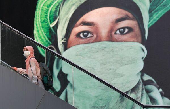 Una donna alla scala mobile a Bangkok, Thailandia. - Sputnik Italia