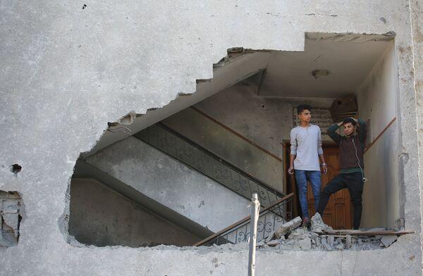 I giovani in un edifizio residenziale daneggiato dal bombordamento missilistico dell'Israele nella striscia di Gaza. - Sputnik Italia