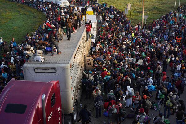 Migliaia di migranti proseguono verso gli USA dal Messico. - Sputnik Italia