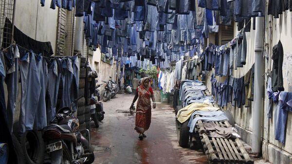 Una donna passeggia per la strada in India. - Sputnik Italia