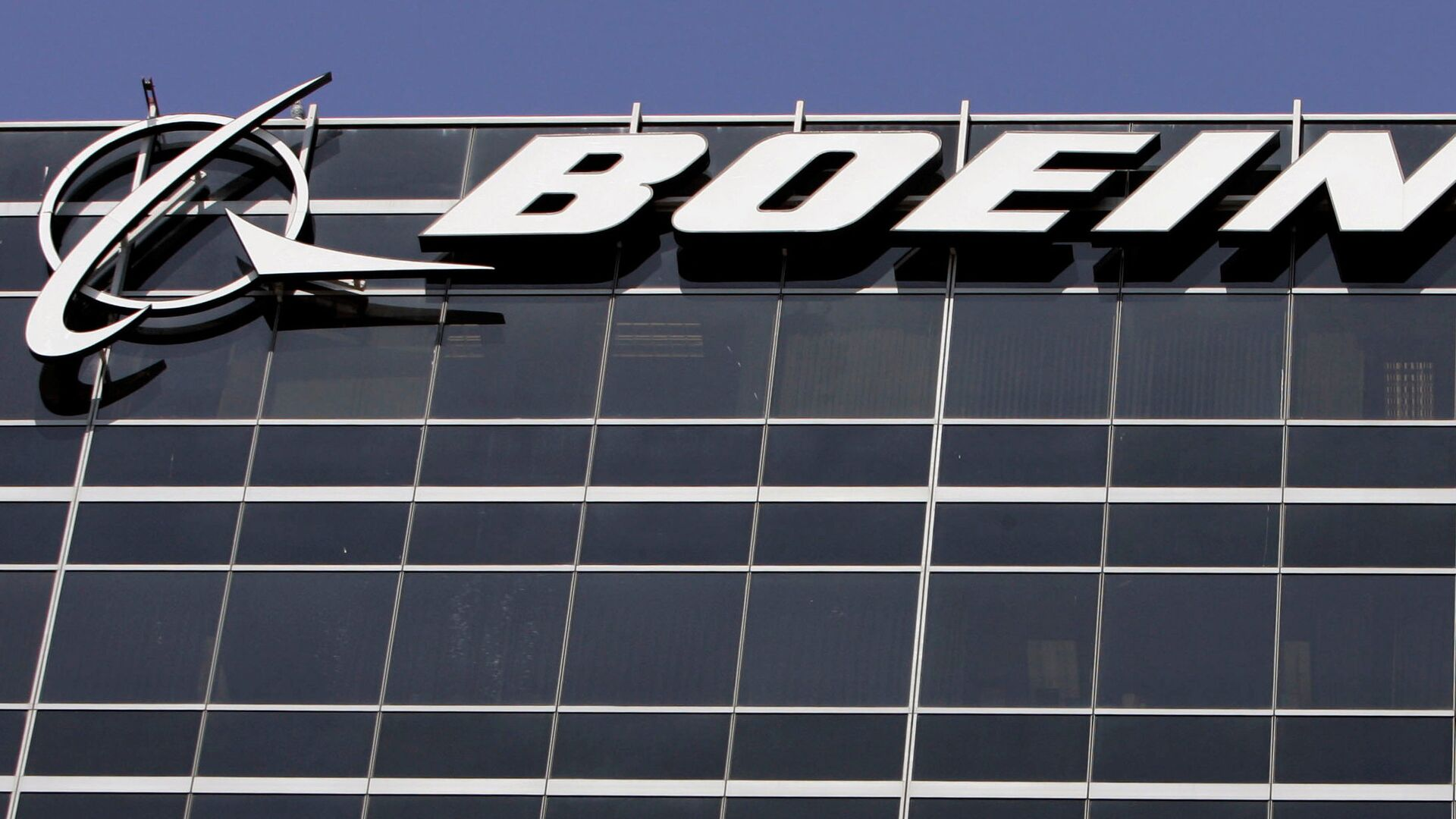 File-In this Wednesday, May 21,2008 file photo, the company logo for The Boeing Co., is displayed in El Segundo, Calif. Boeing Co. say it's cutting 1,100 jobs from its U.S. plants, most of them in Southern California, as it scales back production of its C-17 cargo planes. - Sputnik Italia, 1920, 26.02.2021