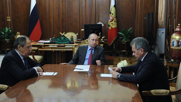 Vladimir Putin al centro, Sergey Lavrov a destra e Sergey Shoygu a sinistra durante una riunione. - Sputnik Italia