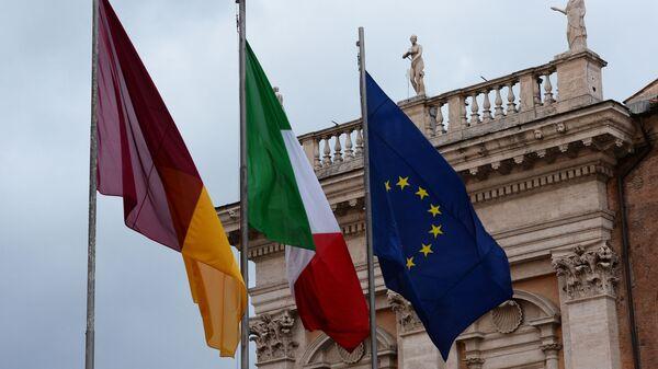 Le bandiere di Roma, Italia e UE alla piazza del Campidoglio a Roma - Sputnik Italia