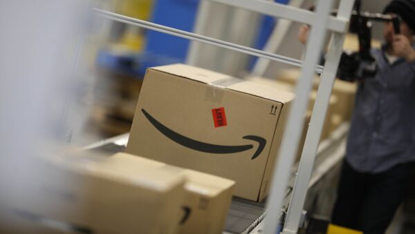 Boxes move down a conveyor belt at an Amazon fulfillment center - Sputnik Italia