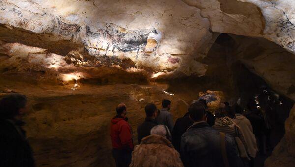 La gente visita la nuova replica delle pitture rupestri di Lascaux durante la prima apertura pubblica il 15 dicembre 2016 a Montignac - Sputnik Italia