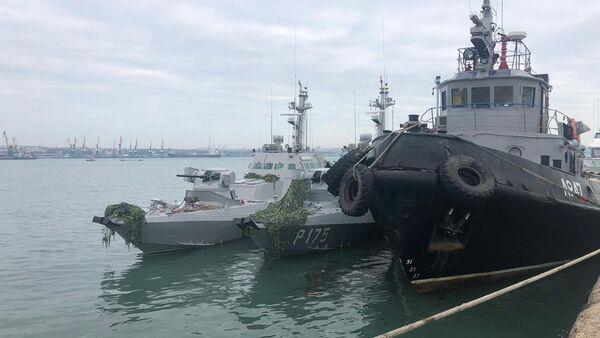 Le navi ucraina detenute al porto di Kerch - Sputnik Italia