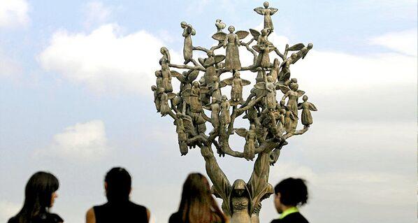 Memoriale nel cimitero di Beslan in ricordo della strage  - Sputnik Italia