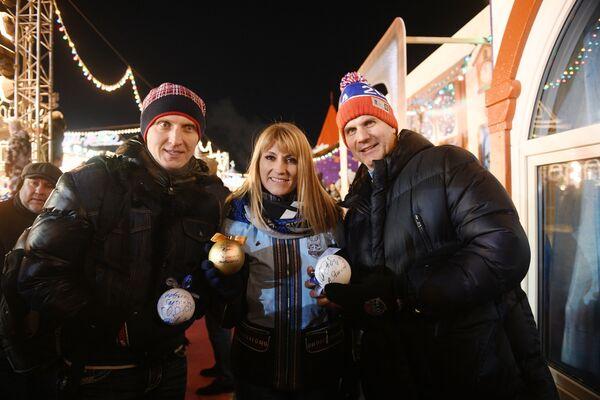 I pattinatori Ivan Skobrev, Svetlana Zhurova ed il giocatore di hockey Alexey Yashin all'apertura della pista di pattinaggio sul ghiaccio dei Grandi Magazzini GUM alla Piaza Rossa. - Sputnik Italia